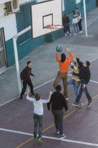 Alumnos del Liceo Sorolla de Madrid, jugando al baloncesto en el patio. (Eva Máñez)
