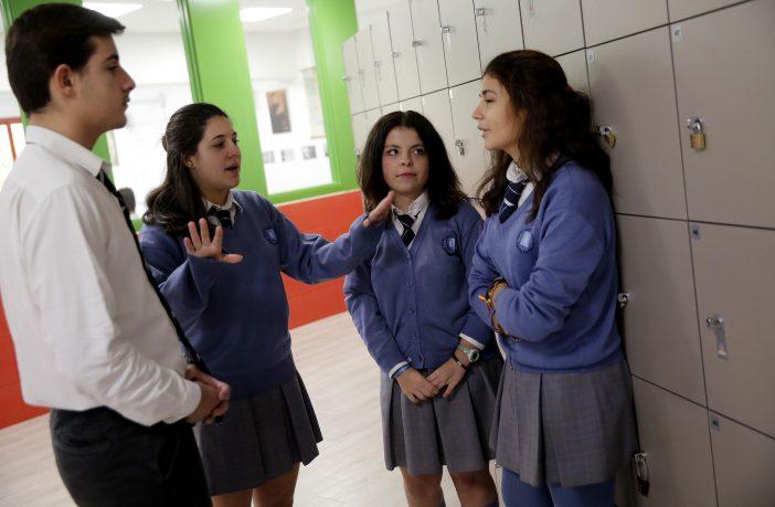 Una alumna del Colegio Santa Gema Galgani de Madrid trata de mediar en una discusión entre dos compañeros. (José Luis Roca)