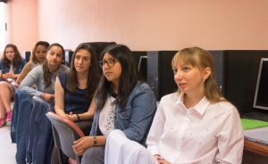 Alumnas del Colegio Decroly, recibiendo una charla. (Ramón Aguilera)