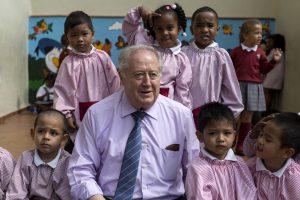 Luis Peña, director del San Antonio, rodeado de alumnos. (Alberto di Lolli)
