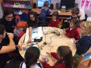 Alumnos del Ave María San Cristóbal de Granada, autores el proyecto IBOT, en pleno taller de Robótica con niños de Primaria.