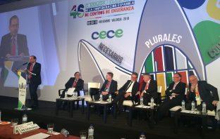 El presidente de CECE, Alfonso Aguiló, se dirige a los congresistas en la clausura del 46º Congreso de CECE en Valencia.