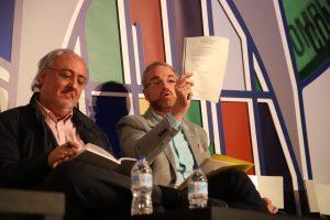 Óscar Clavell (PP), en un momento de su intervención, junto a Guillermo Meijón (PSOE). Foto: Sergio Cardeñe.