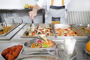 Como parte de Compass Group España, Scolarest ha suscrito el acuerdo con el Ministerio de Sanidad para la mejora de la composición de los alimentos de nuestra cesta de la compra: menos sal, azúcar y grasas también en los comedores escolares.