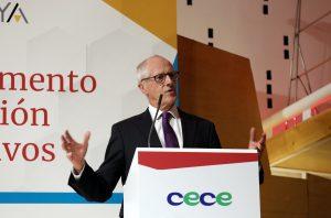 Sir John Holman, durante su conferencia sobre orientación profesional ante equipos directivos de colegios españoles el pasado 14 de marzo en Madrid.