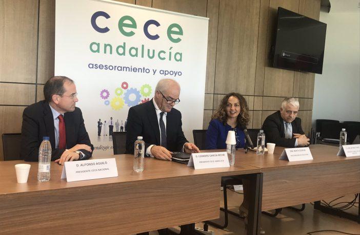 El nuevo presidente de CECE-Andalucía, Leandro García Reche (2º por la izquierda), acompañado del presidente de CECE, Alfonso Aguiló; la viceconsejera de Educación de Andalucía, Marta Escrivá, y el presidente del Consejo Escolar de Andalucía, José Antonio Funes.