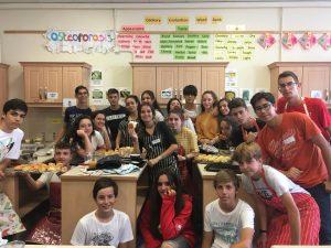 Los jóvenes estudiantes del programa Start Up English participan en un curso de cocina irlandesa que promueve el trabajo en equipo.