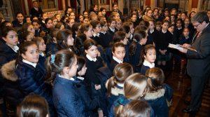 Las 100 alumnas de 5º de Primaria del Colegio Ayalde (Loui, Vizcaya) entregaron su libro sobre las mujeres célebres de Bilbao al alcalde de la ciudad, Juan Mari Aburto.