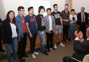 El presidente de CECE, Alfonso Aguiló (segundo por la derecha), entregó el primer accésit al equipo del programa 'Nosotras Campus' del centro Campus FP Atocha, de Madrid.