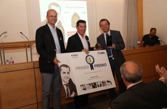 El colegio Jesús María Santandreu de Barcelona ganó el primer Premio Gonzalo Estefanía al mejor programa de radio escolar. En el centro, el profesor José Luis Sánchez, recogiendo el premio para sus alumnos.
