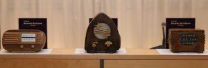 Los ganadores recibieron estas réplicas de modelos antiguos de radio, realizadas por el maestro artesano Manuel Laplana.