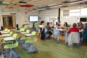 Un grupo de alumnos de la Facultad de Educación de la UCM trabaja con dos profesores en la recién creada hiperaula.