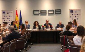 El presidente de la CEOE, Antonio Garamendi (centro), flanqueado por Lourdes Garzón (Educa2020), Juan Miguel Elías (Sigma Dos), Olga Sánchez (AXA), Fernando Jáuregui (Educa2020) y Sara Molero (CEIM), en la presentación del macrosondeo sobre educación y empleo.