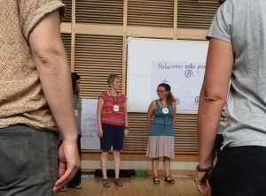 Mary Ruth McGinn, fundadora de LÓVA en España, y la maestra Tamara Alía dirigen una actividad en la cuarta jornada formativa del curso LÓVA en el Teatro Real de Madrid.