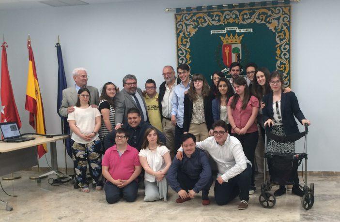 Los alumnos de la 13ª promoción del Aula Promentor, en el Salón de Grados de la Facultad de Educación de la UAM, tras la lectura de sus trabajos de fin de título, junto a los miembros del tribunal.