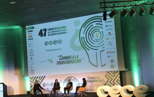 David Calle (Unicoos) moderó la mesa redonda entre Charo Sádaba, Javier Sirvent y Silvia Leal en el 47º Congreso de CECE.