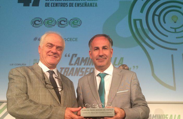 Miguel Ángel Garrido (dcha) posa con el ex director del Colegio Ave María San Cristóbal tras recibir el II Premio Mariano del Castillo a la Innovación y el Emprendimiento durante el 47º Congreso Nacional de CECE.