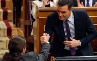 Pedro Sánchez y Pablo Iglesias se saludan en el Pleno de Investidura del primero como presidente del Gobierno.
