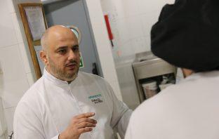 Ismael Alonso, responsable de I+D del restaurante A Poniente, de Ángel León, durante una visita a un colegio que trabaja con Scolarest.