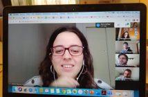 Una profesora del Arenales Carabanchel, manteniendo una reunión con sus compañeros.