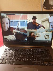 Alumnos del St.Mary's en una clase de Música.