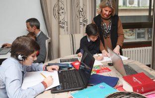 Alumnos de Las Acacias-Montecastelo, de Vigo, en su quehacer diario conectados con el colegio.