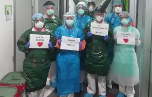 Personal sanitario agradece a los voluntarios del Colegio Ayalde-Munabe las batas de protección hechas en casa.