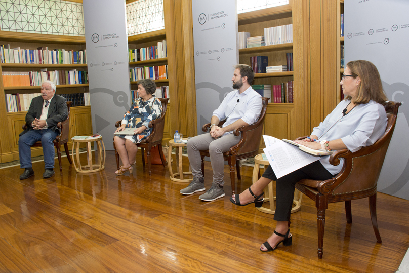 Los investigadores Julio Carabaña, María Castro y Manuel Valdés, en la presentación del informe Indicadores Comentados del Sistema Educativo Español 2020, junto a la presidenta de la Fundación Europea Sociedad y Educación Mercedes de Esteban (derecha).