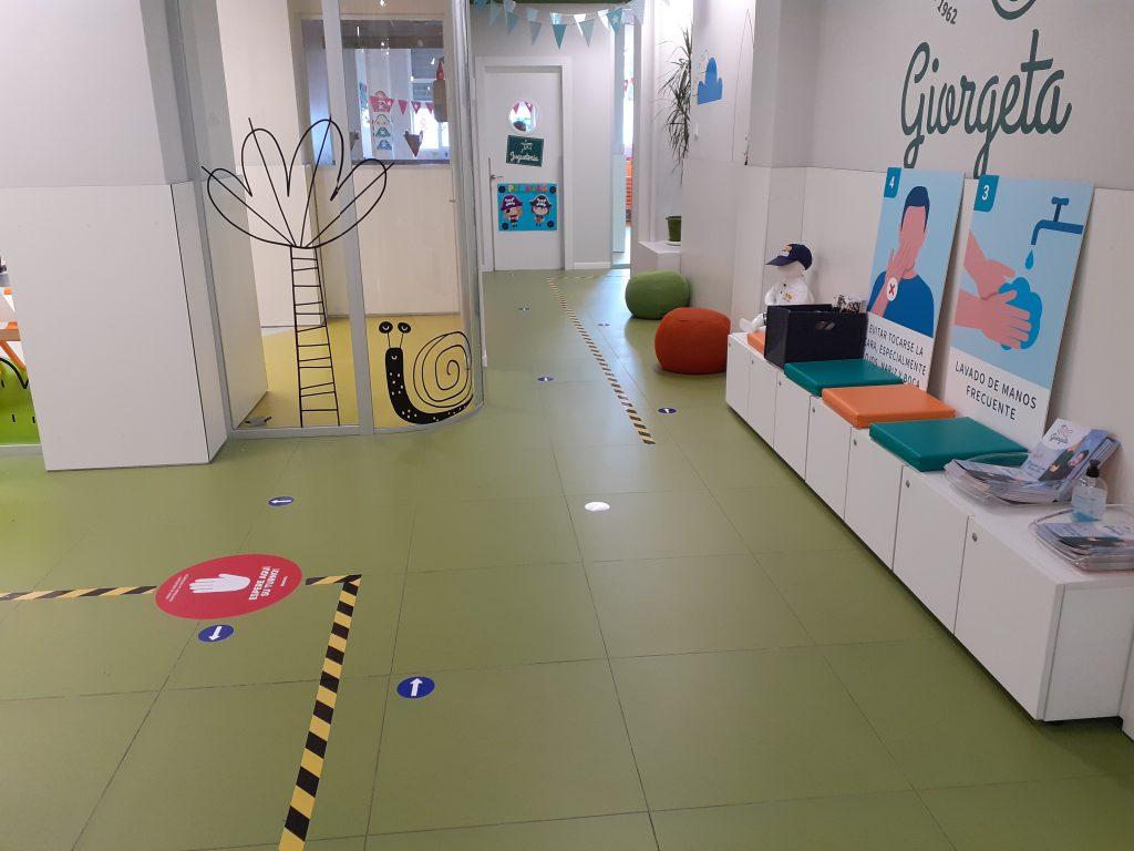 Interior de la escuela infantil Giorgeta, de Valencia, con la señalética 'anti-Covid' correspondiente.