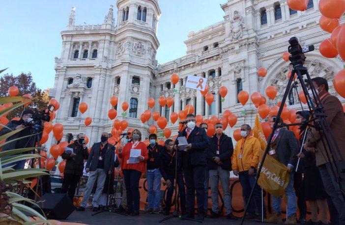 Begoña Ladrón de Guevara (COFAPA) y Pedro José Caballero (CONCAPA) leyeron el manifiesto de Más Plurales contra la Ley Celaá en la protesta del 22 de noviembre.
