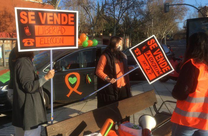 Madres y padres de un colegio de Madrid, preparándose para ir a la segunda manifestación contra la 'Ley Celaá' este domingo 20 de diciembre.