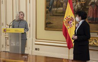 Encarna Cuenca toma posesión de su cargo ante la ministra de Educación, Isabel Celaá.