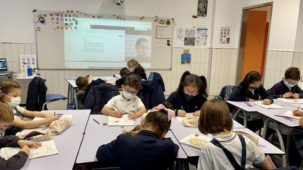 Alumnos del Colegio Arenales Carabanchel, trabajando en el aula con su profesora guiándoles desde casa.