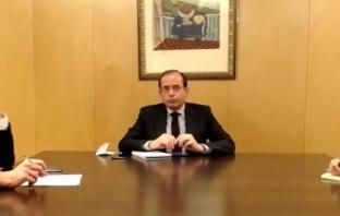 El presidente de CECE, Alfonso Aguiló, comparece en las Jornadas del GPP con la comunidad educativa, ante los diputados Óscar Clavell y Sandra Moneo.