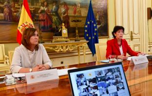 La directora general de FP, Clara Sanz, y la ministra de Educación y FP, Isabel Celáa, durante una reunión con consejeros autonómicos que gestionan la Formación Profesional para el Empleo. (Foto: MEFP)