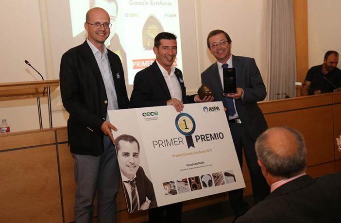 Primera edición del Premio Gonzalo Estefanía, en 2019, con su ganador, el Colegio Jesús María Santandendreu.