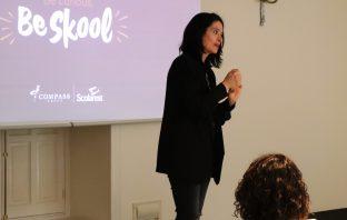 La pedagoga Mar Romera, en la presentación del proyecto 'Skoolarest, Be Curious' a los equipos de Scolarest que trabajan en los colegios.