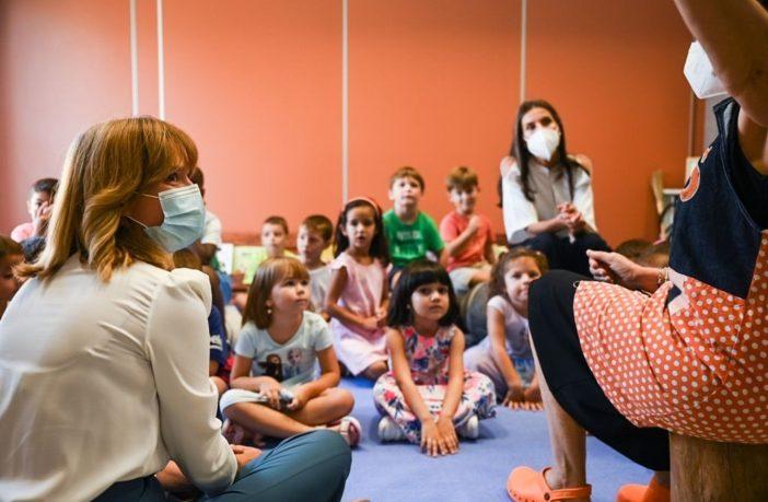 La Reina doña Letizia y la ministra de Educación y FP, Pilar Alegría, inauguraron el curso escolar 21-22 en el CEIP Odón de Buen de Zuera (Zaragoza).